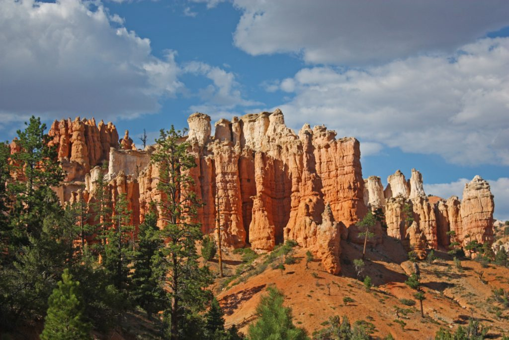 Cliffs on the way to Mossy Cave in Bryce Canyon